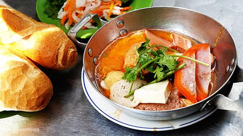 5 hàng bánh mì Sài Gòn lúc nào cũng đông nghịt khách - Hình 2