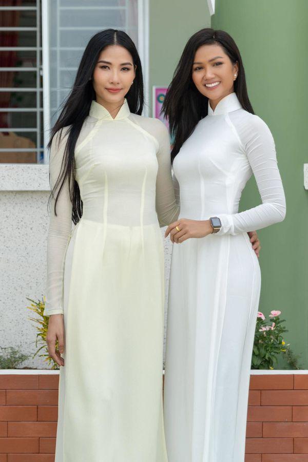 HHen Niê - Hoàng Thùy khoe sắc vóc một chín một mười trong tà áo dài nữ sinh - Hình 4