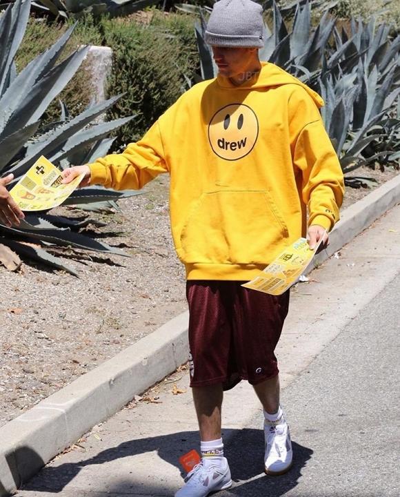 Hoàng tử Justin Bieber đánh rơi giày hàng chục triệu trên phố sau khi bị chê hết thời - Hình 4