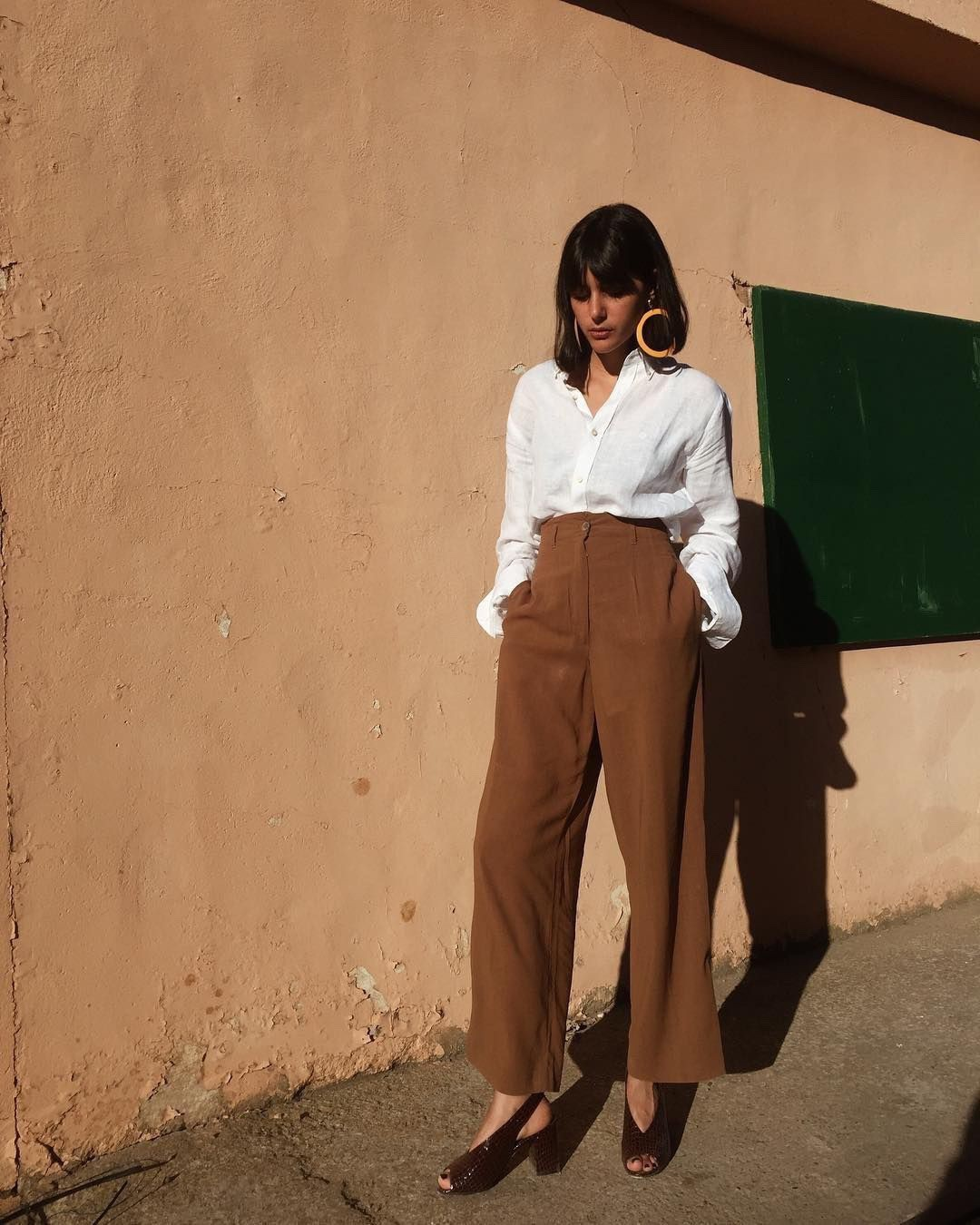 Mặc đẹp và sang không khó nếu bạn cứ diện 1 trong 4 mẫu áo sau với quần ống rộng - Hình 2