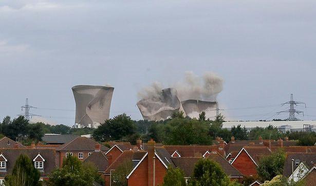 Người dân hoảng loạn khi 3 tháp nhiệt chọc trời của Anh sụp đổ trong 10 giây - Hình 7