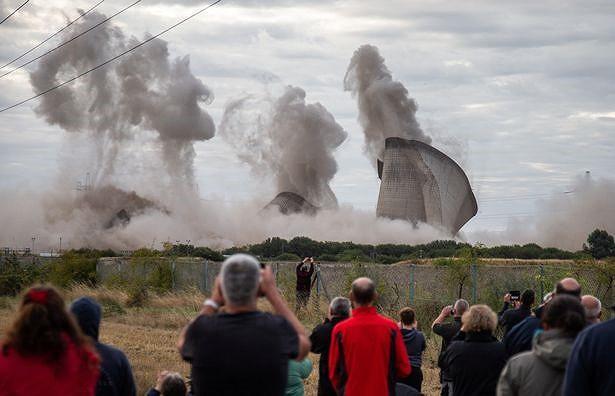Người dân hoảng loạn khi 3 tháp nhiệt chọc trời của Anh sụp đổ trong 10 giây - Hình 4