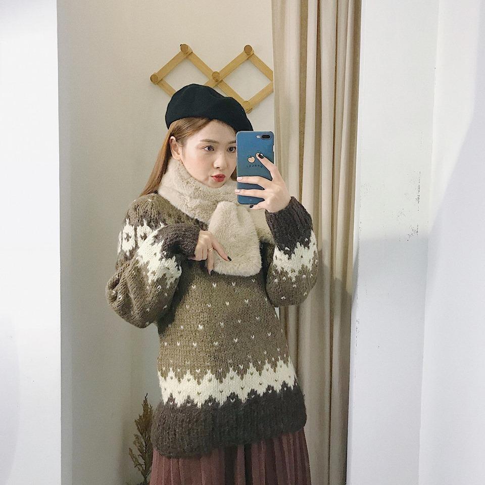 Diện áo len thổ cẩm sao cho thật sành điệu mà không lỗi mốt - Hình 2