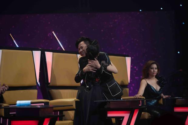 Quốc Đại bật khóc, cảm ơn vợ chồng Cẩm Ly - Minh Vy trên sóng truyền hình - Hình 2