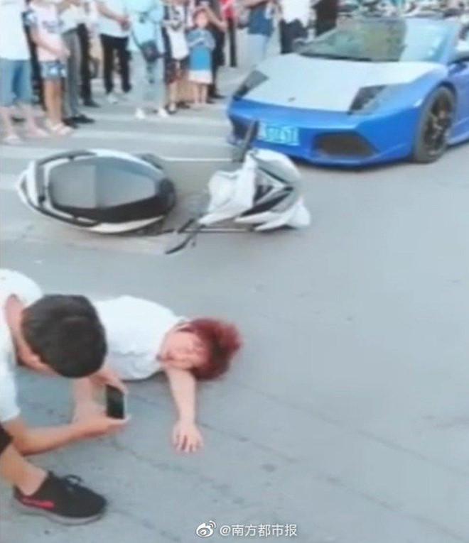 Blogger Trung Quốc dàn dựng cảnh đâm Lamborghini vào mẹ để câu view - Hình 1