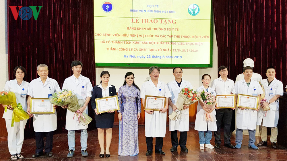 Bộ trưởng Y tế tặng bằng khen các tập thể thực hiện 15 ca ghép tạng - Hình 1