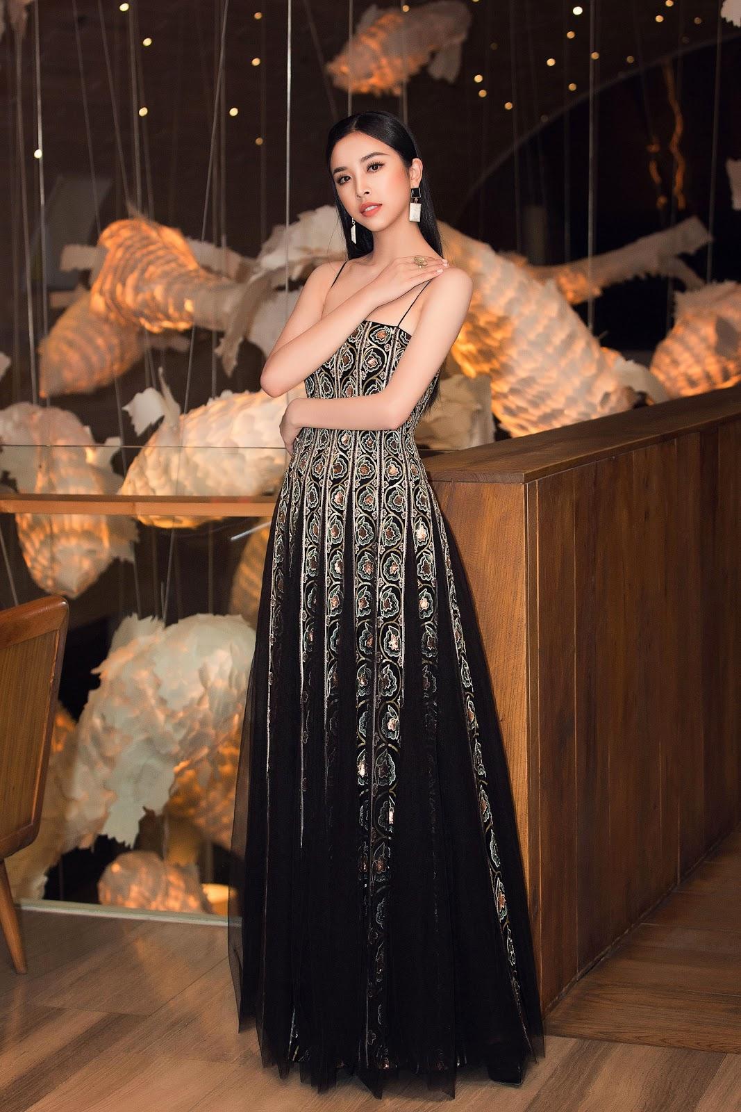 Hoa hậu Tiểu Vy khoe vẻ đẹp truyền thống giữa rừng hoa showbiz - Hình 12