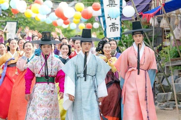 Biệt Đội Hoa Hòe tung teaser thứ ba và loạt poster màu sắc: Park Ji Hoon tiếp tục đốn tim fan với vũ khí là cái nháy mắt - Hình 1