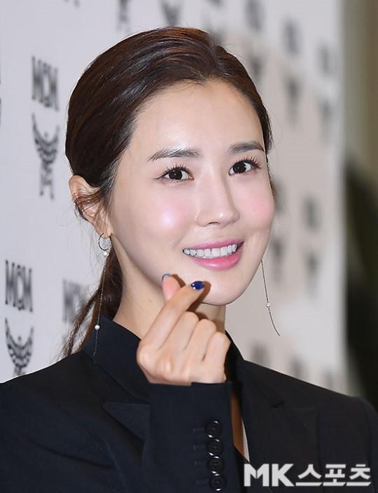 Nữ thần lai nhà YG đầy sang chảnh, Lee Da Hae mặt cứng đờ bên bạn gái Lee Kwang Soo và dàn sao xứ Hàn tại sự kiện - Hình 4