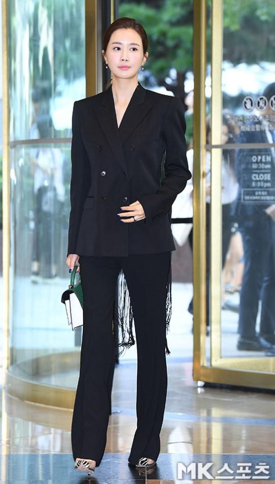 Nữ thần lai nhà YG đầy sang chảnh, Lee Da Hae mặt cứng đờ bên bạn gái Lee Kwang Soo và dàn sao xứ Hàn tại sự kiện - Hình 2