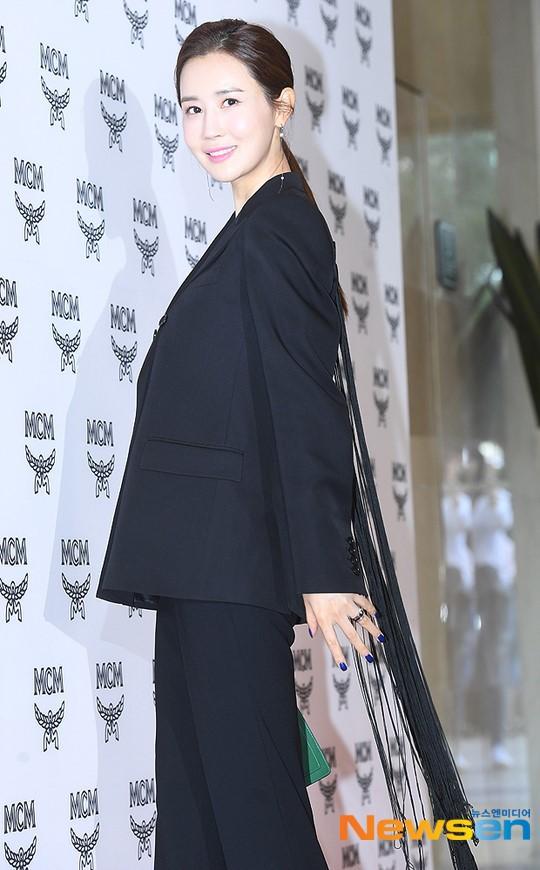 Nữ thần lai nhà YG đầy sang chảnh, Lee Da Hae mặt cứng đờ bên bạn gái Lee Kwang Soo và dàn sao xứ Hàn tại sự kiện - Hình 1