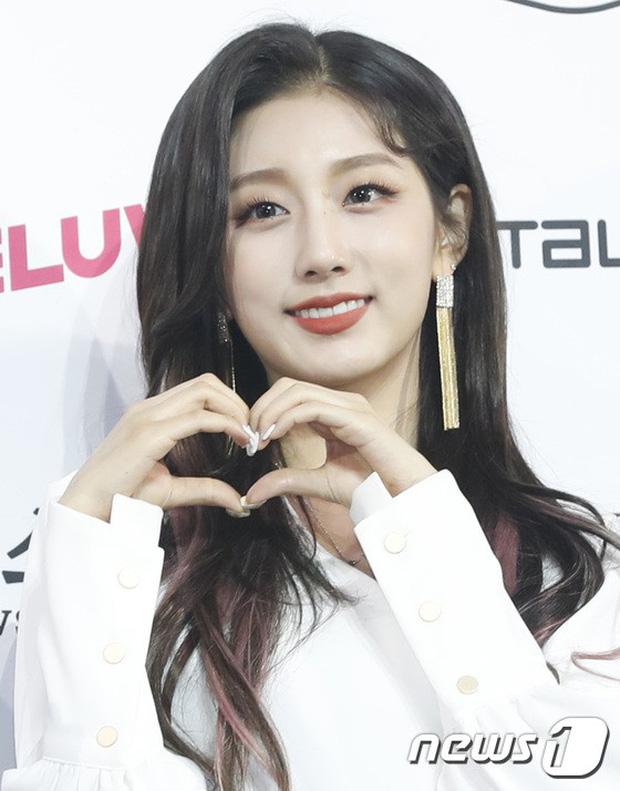 Siêu thảm xanh ngày 2: Red Velvet gây sốc với váy thảm họa, tài tử Vì sao đưa anh tới dẫn đầu dàn diễn viên đọ sắc idol - Hình 16
