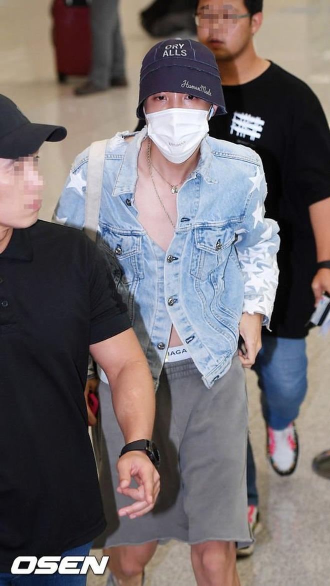 Thành viên giàu nhất BTS chưa bao giờ hở đến thế: Đốt mắt fan với chiếc áo cài cúc dở, lộ cả quần trong tại sân bay - Hình 2