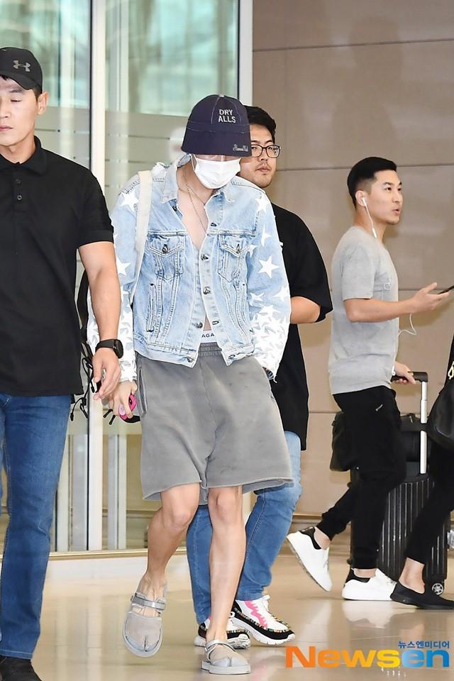 Thành viên giàu nhất BTS chưa bao giờ hở đến thế: Đốt mắt fan với chiếc áo cài cúc dở, lộ cả quần trong tại sân bay - Hình 8