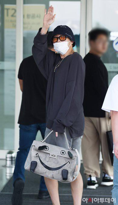 Thành viên giàu nhất BTS chưa bao giờ hở đến thế: Đốt mắt fan với chiếc áo cài cúc dở, lộ cả quần trong tại sân bay - Hình 6