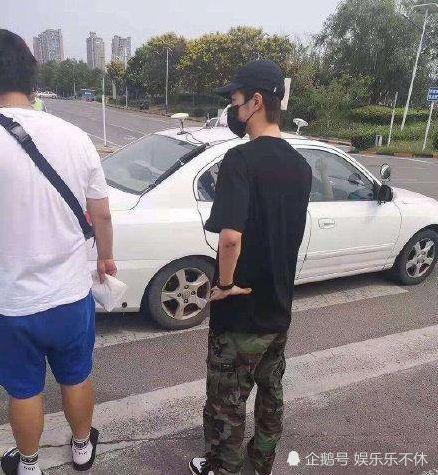 Vương Nhất Bác dưới ống kính người qua đường: Không hổ danh là nam thần hoàn hảo - Hình 3