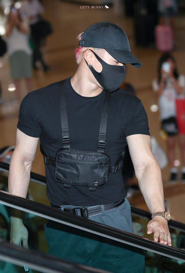 Wonho (MONSTA X) xuất hiện cuồn cuộn cơ bắp ở sân bay làm fan tưởng nhầm là vệ sỹ - Hình 10