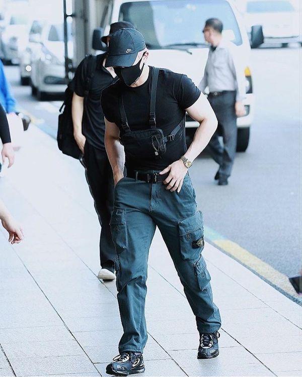 Wonho (MONSTA X) xuất hiện cuồn cuộn cơ bắp ở sân bay làm fan tưởng nhầm là vệ sỹ - Hình 6