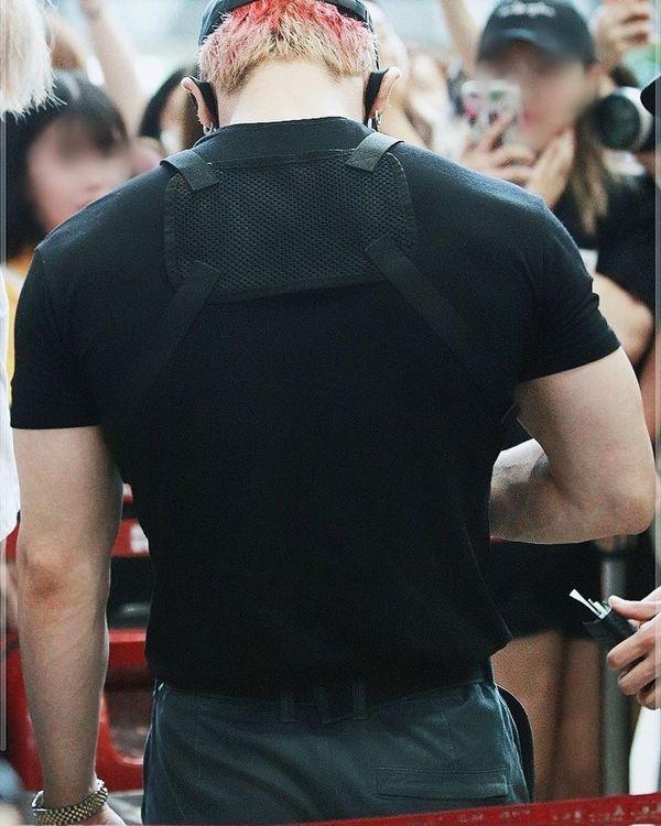 Wonho (MONSTA X) xuất hiện cuồn cuộn cơ bắp ở sân bay làm fan tưởng nhầm là vệ sỹ - Hình 5