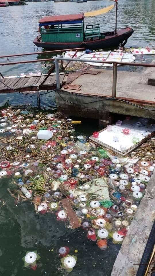 30.000 bông hoa đăng bằng nhựa được thả xuống biển ngày Vu lan và nghịch lý cả thế giới đang gồng mình hạn chế rác thải - Hình 2