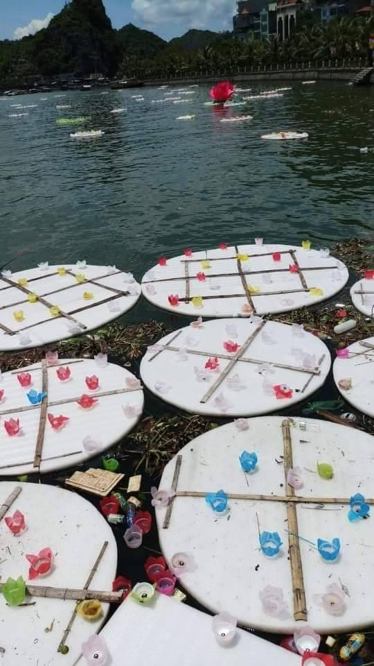 30.000 bông hoa đăng bằng nhựa được thả xuống biển ngày Vu lan và nghịch lý cả thế giới đang gồng mình hạn chế rác thải - Hình 1