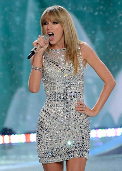 Phong cách Taylor Swift: Tươi trẻ khi ra phố và gợi cảm trên thảm đỏ - Hình 6