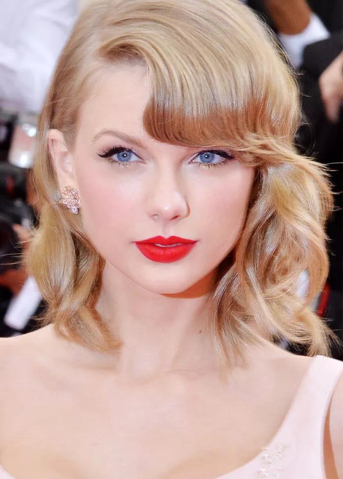 Phong cách Taylor Swift: Tươi trẻ khi ra phố và gợi cảm trên thảm đỏ - Hình 17