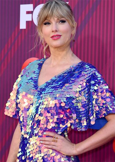 Phong cách Taylor Swift: Tươi trẻ khi ra phố và gợi cảm trên thảm đỏ - Hình 5