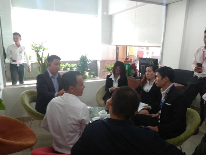 Khách hàng lại kéo đến trụ sở Alibaba giăng băng rôn, yêu cầu trả lại tiền - Hình 3