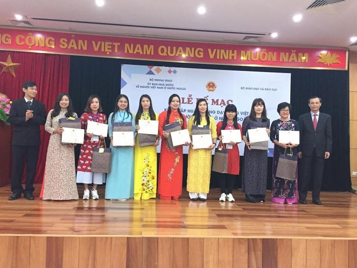 Tập huấn dạy tiếng Việt cho giáo viên kiều bào: đổi mới về giáo trình, nội dung