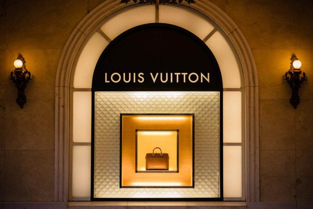 Vì sao Louis Vuitton đắt đỏ nhưng không bao giờ giảm giá? - Hình 1