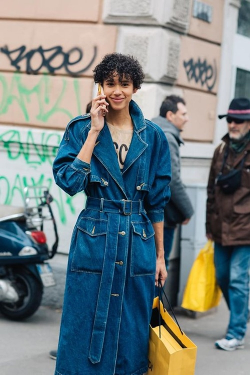 Áo khoác denim từ quen hóa lạ với 10 cách mặc - Hình 7