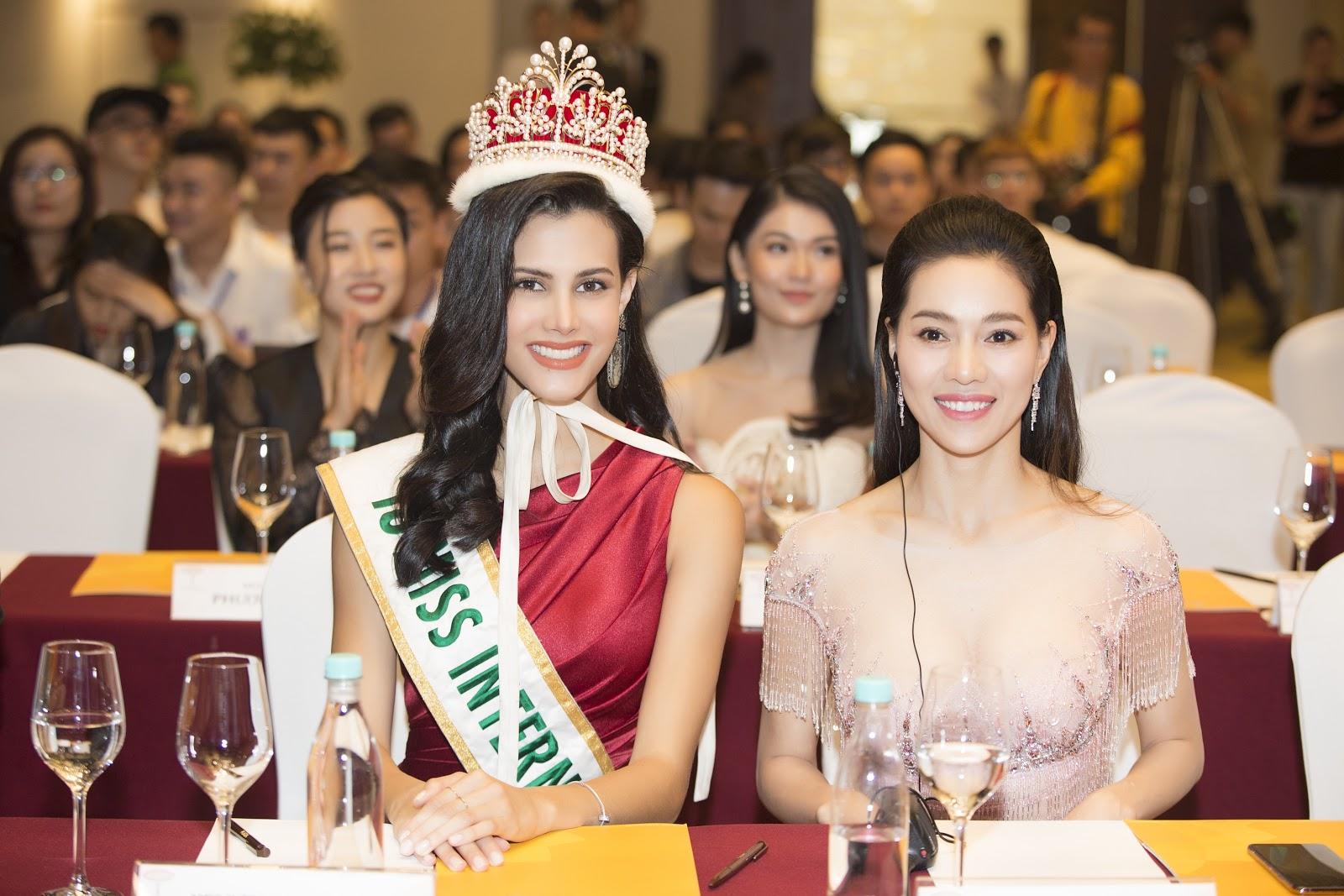 Miss International 2018 đội vương miện 60 năm lộng lẫy xuất hiện tại họp báo đọ sắc cùng dàn hậu Việt - Hình 5