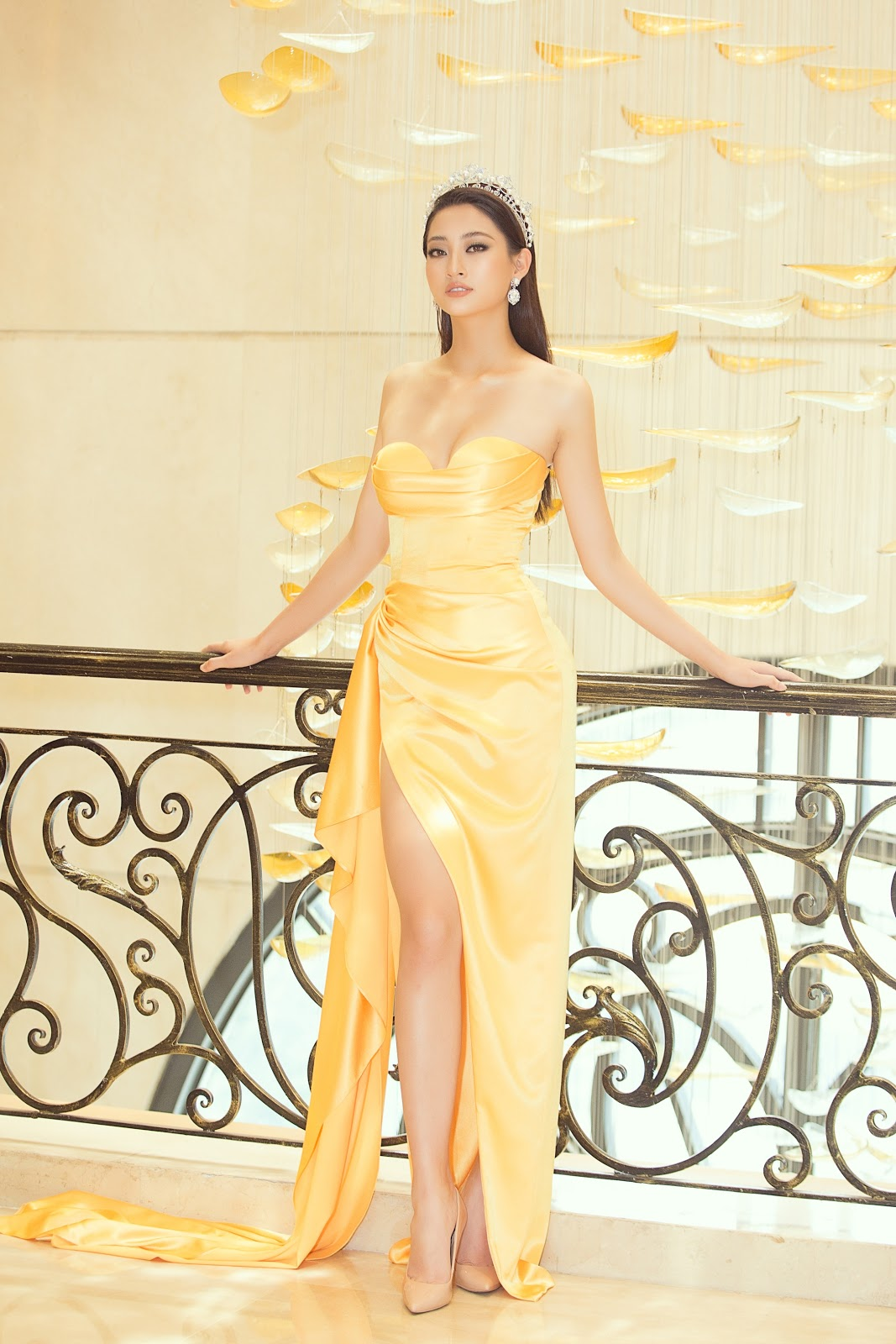 Miss International 2018 đội vương miện 60 năm lộng lẫy xuất hiện tại họp báo đọ sắc cùng dàn hậu Việt - Hình 1