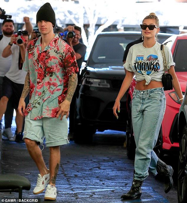 Justin Bieber lái siêu xe, dạo phố cùng vợ trẻ trước thềm đám cưới - Hình 3