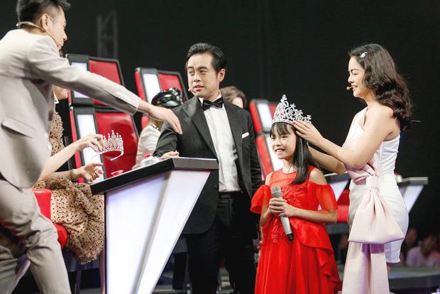 Giọng hát Việt nhí: Phạm Quỳnh Anh chiến thắng Hương Giang với chiếc vương miện siêu to - Hình 3