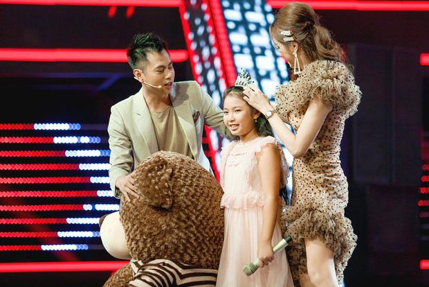 Giọng hát Việt nhí: Phạm Quỳnh Anh chiến thắng Hương Giang với chiếc vương miện siêu to - Hình 10