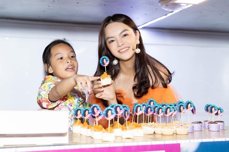 FC tổ chức sinh nhật cho Phạm Quỳnh Anh, trang trí buổi tiệc trên cả chiếc xe hoành tráng - Hình 6