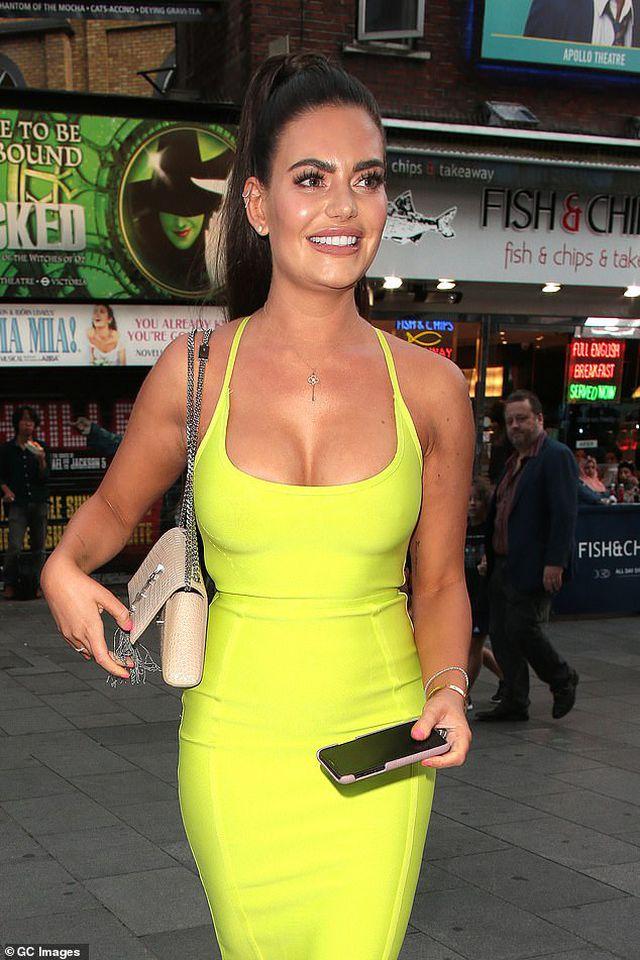 Megan Barton diện váy ôm sát khoe ngực căng tràn - Hình 5