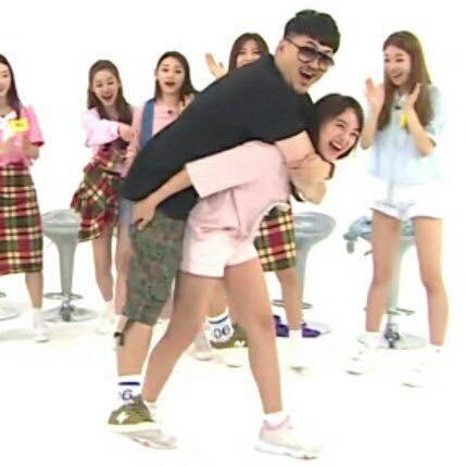 Ryujin (ITZY) run lẩy bẩy khi phải cõng nam MC có cân nặng gấp đôi mình - Hình 5