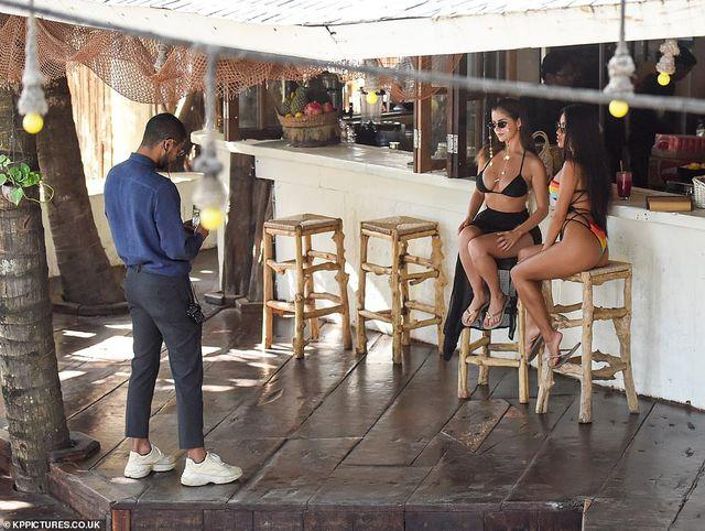 Demi Rose lấp ló ngực đầy tại Bali - Hình 4
