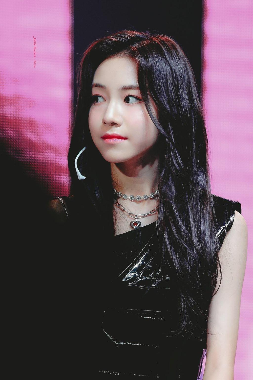 Nhan sắc nữ thần tượng nhỏ tuổi nhất Kpop gây chú ý - Hình 8