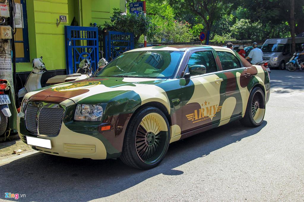 Tiểu Bentley Chrysler 300 màu rằn ri rao bán 650 triệu - Hình 1