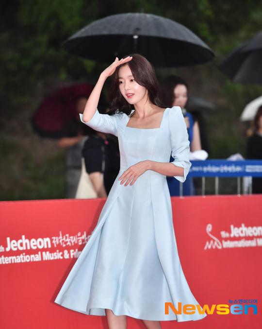 Lộ diện gia đình của thành viên Produce X 101: Mẹ Lee Eun Sang và chị gái Lee Jin Hyuk gây sốt vì quá xinh - Hình 22
