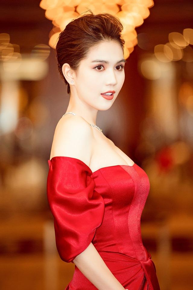 Ngọc Trinh táo bạo mặc đồ cắt xẻ lắt léo, người nhìn thót tim thay - Hình 2