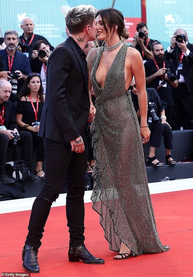 Bella Thorne diện đầm xuyên thấu, 'thả rông' vòng một trên thảm đỏ LHP Venice - Hình 1