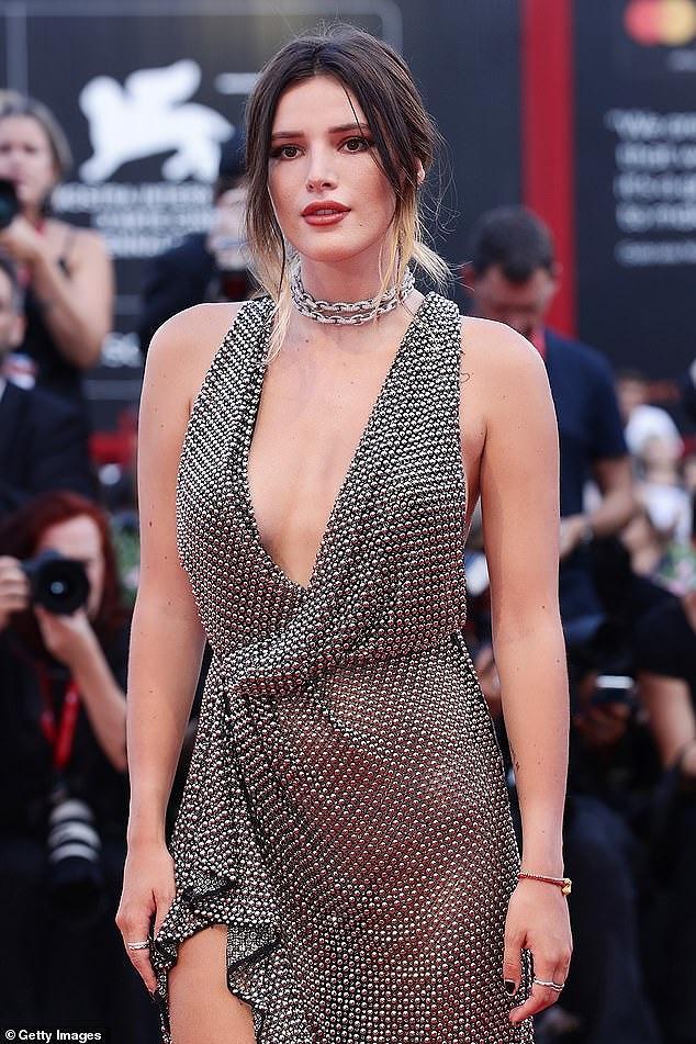 Bella Thorne diện đầm xuyên thấu, 'thả rông' vòng một trên thảm đỏ LHP Venice - Hình 3
