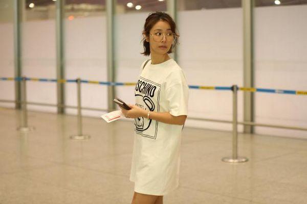 Cùng xuất hiện tại sân bay, Angelababy khoe eo con kiến, Lâm Tâm Như thì giấu quần gợi cảm - Hình 1