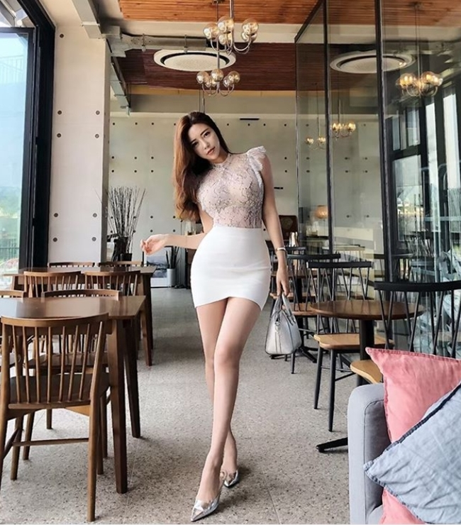 2 tiểu thư thành thị, giàu có nổi tiếng xứ Hàn diện toàn váy, bikini đắt tiền - Hình 14
