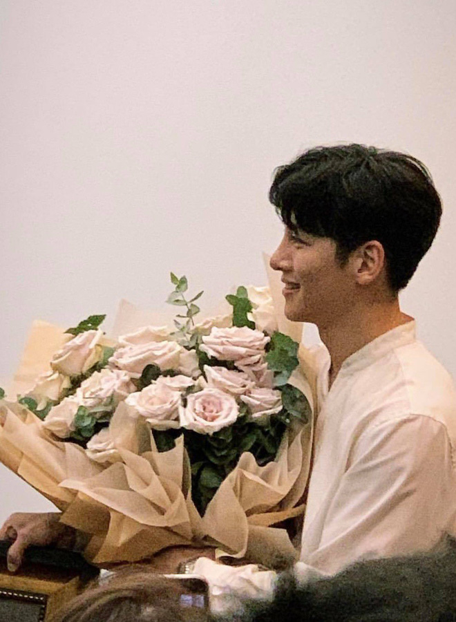 Ai bảo Ji Chang Wook đã ra sân bay về Hàn Quốc, nam diễn viên vẫn đang ở khách sạn chụp ảnh cười phớ lớ đây này! - Hình 2